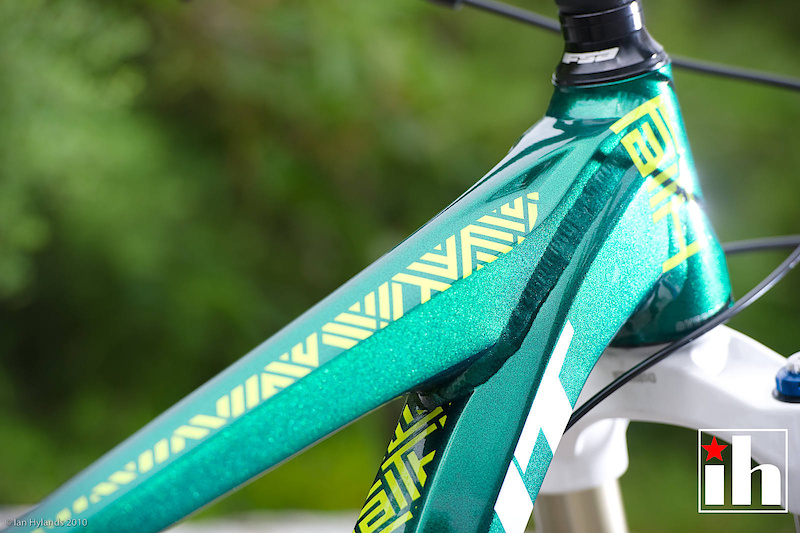 Whoever is in charge of this years colors and graphics is killing it! The Faith's hydroformed tubing is set off with an incredible pearlescent green paint job and unique graphics that will not let you mistake it for another.