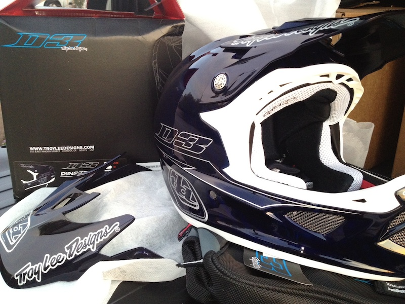Fresh out of the box. Troy Lee Designs D3 carbon, Pinstripe blue.