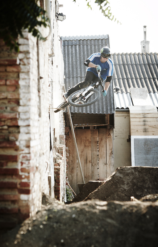 As soon as we got to Biz s yard Niki found and built this wallride out of one of the jumps in the yard.
