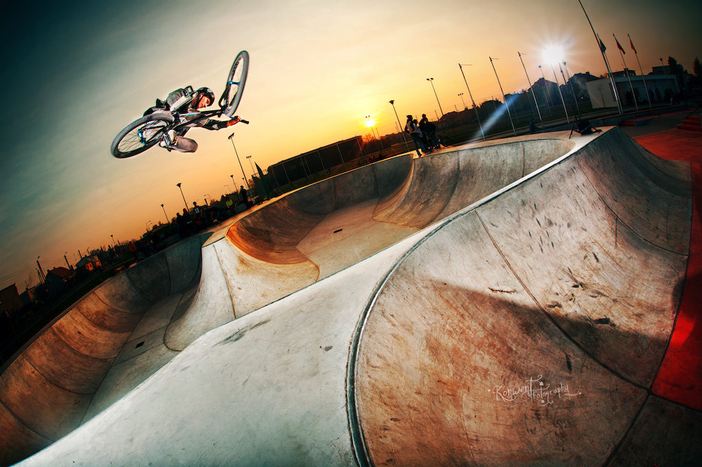 Piotrek s tabletop over Skateplaza in Leszno with his Dartmoor Ghetto. Photo by Kuba Konwent - http konwent.fotolog.pl .